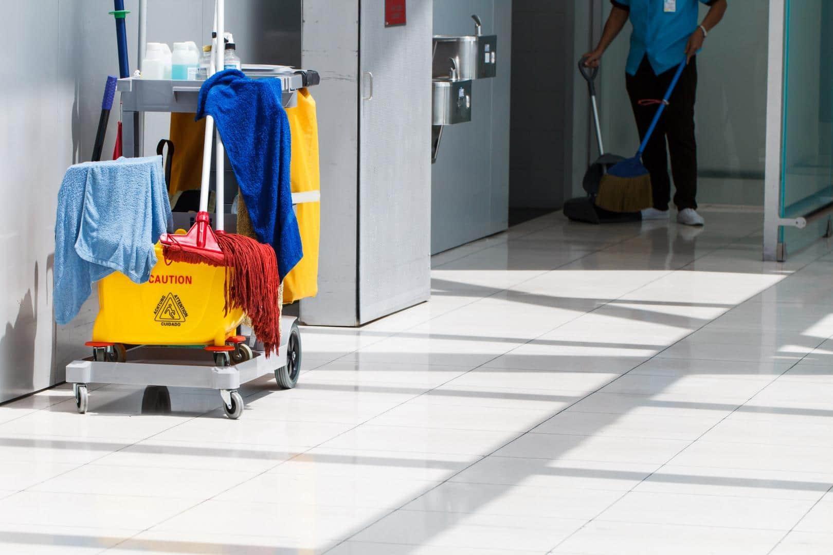 Un employé d'une société de nettoyage
